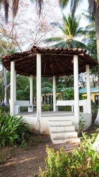 Un kiosko rodeado de jardines propicio para el esparcimiento y relax
